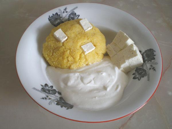 Mămăligă cu brânză şi smântână 1